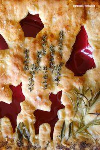 Weihnachtsbrot backen mit Kräutern Focaccia Rezept Ausstecher Winterwald #weihnachtsbrot #focaccia #kräuter #weihnachtsbrunch #weihnachtsrezepte #weihnachtenherzhaft #pizzabrot