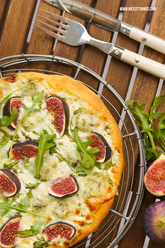 wei e pizza rezept mit gorgonzola feigen und rucola die perfekte herbstpizza nicest things. Black Bedroom Furniture Sets. Home Design Ideas