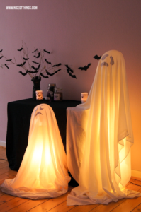 Halloween Deko Ideen: DIY leuchtende Geister #halloween #diy #deko #geister