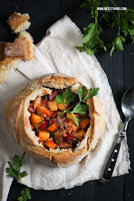 Eintopf im Brot: herbstlicher Eintopf mit Gemüse, Chorizo und Speck