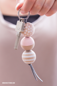 DIY Schlüsselanhänger aus Holzperlen selber machen Geschenkidee Umzug Einzug neue Wohnung #diy #schlüsselanhänger #holzperlen #geschenkideen #umzug #einzug #keychain #woodenbeads #gastgeschenk