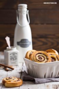 Schnelle Zimtschnecken und Cinnamon Roll Latte #zimtschnecken #schnellezimtschnecken #knackundback #cinnamonrolls #cinnamonrolllatte #cinnamon #zimt #zimtshake #kanelbullar
