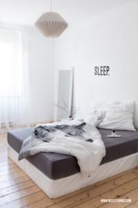 Weißes Schlafzimmer mit Boxspringbett Drahtkorb Tisch Origami Lampe #schlafzimmer #bedroom #nordic #scandi #boxspringbett