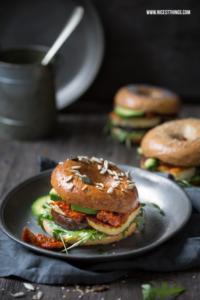 Avocado Bagel Rezept mit Halloumi und Aubergine #avocado #bagel #bagels #halloumi #aubergine #darkandmoody
