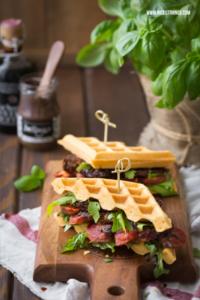 Waffel Sandwiches mit herzhaften Waffeln, Salsicci...