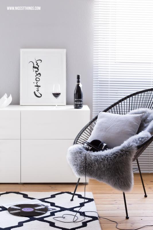 Acapulco Chair im Wohnzimmer und Philipp Kuhn Inkognito Wein von Hejvin als Weingeschenk #hejvin #acapulcochair #philippkuhn