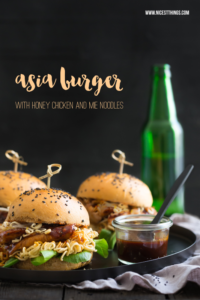 Asia Burger mit Sojasaucen-Buns, Honighühnchen & Ramen-Nudeln