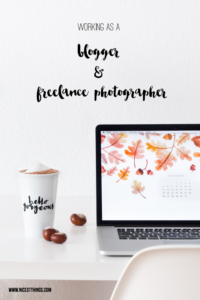 Laptop und Tasse Arbeiten als Blogger
