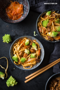 Udon Nudeln Rezept mit Kimchi, Romanesco und karam...