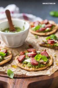 Mini Pizza vom Grill mit Salsa Verde, Mozzarella u...