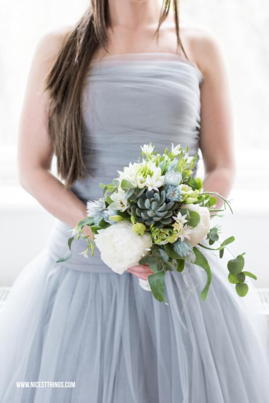 Brautstrauß blau mit Sukkulenten, Eukalyptus und Pfingstrosen
