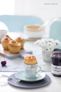 Mini Brioches mit Schokolade und Frühstückstisch...