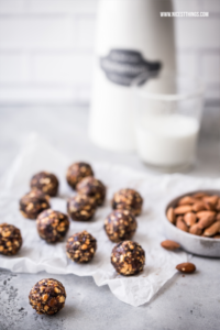 Vegane Energy Balls Rezept mit Mandeln, Pflaumen u...