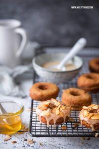 Honig Donuts Rezept mit Honigglasur und geröstete...