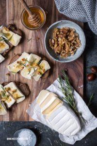 Kastanienbrot mit Weichkäse, Honig, Rosmarin und Walnüssen