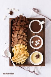 Schokoladenwaffeln dreifarbige Ombré Waffeln mit Trinkschokolade