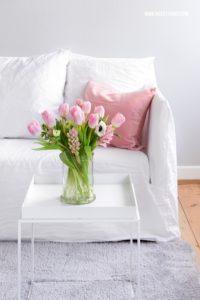 Frühlingsdeko im Wohnzimmer rosa Tulpen und bkr Flasche