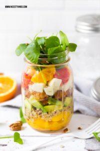 Salat im Glas mit Quinoa, Honig Hähnchen, Orange, Blutorange, Avocado #mealprep #salatimglas #saladinajar #quinoa #blutorange #honig #picknickrezepte #partyrezepte #hähnchen #orange
