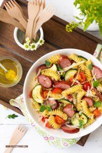 Italienischer Nudelsalat mit Zucchini, Kirschtomaten, Parmesan und Kabanos
