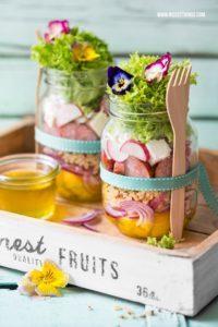 Quinoa Salat im Glas Rezept mit essbaren Blüten und Kabanos