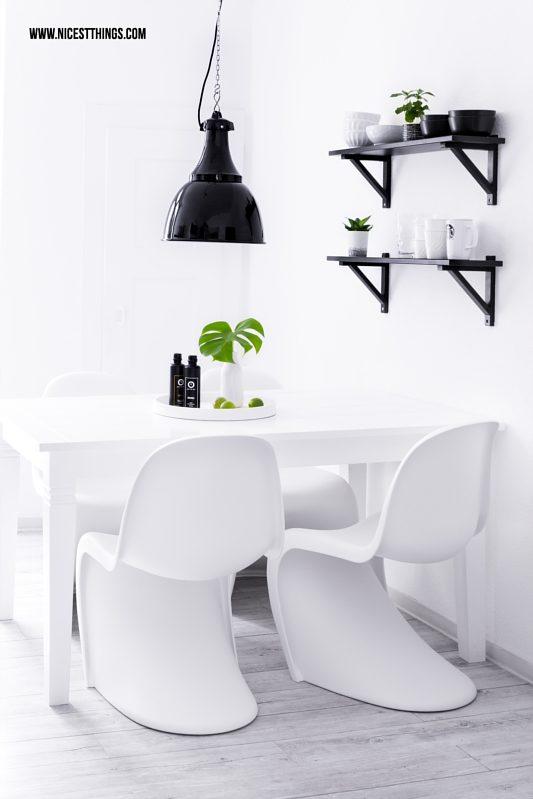 Esstisch in Küche mit weißen Panton Chairs und Industrieleuchte