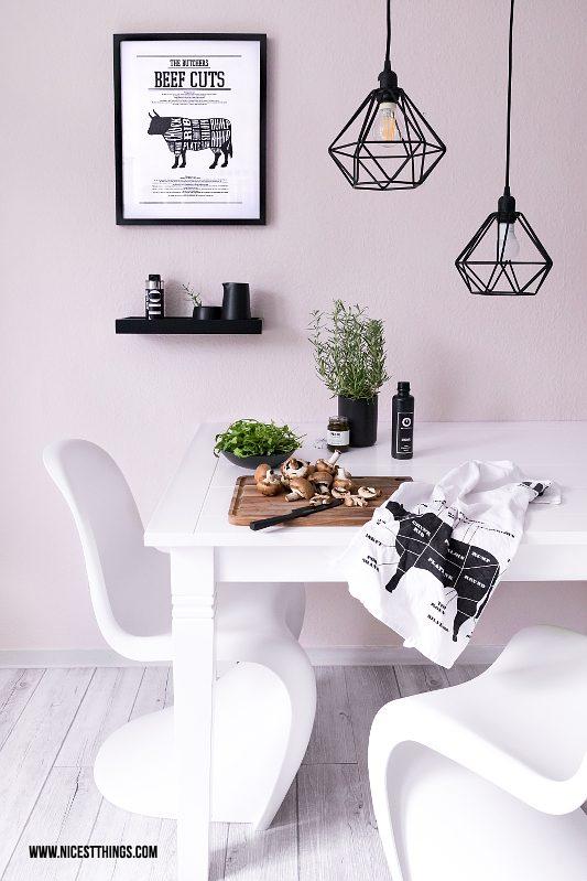 Esstisch Küche mit Metall-Leuchten, Philips SceneSwitch, Panton Chairs vor rosa Wand
