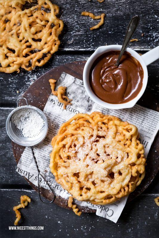 Strauben Funnel Cake mit Bourbon Schokoladensauce und Ahornsirup Sahne