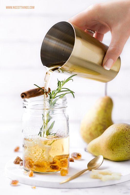 Birnenpunsch, Punsch mit Birnensaft, Kandis, Amaretto und weissem Tee