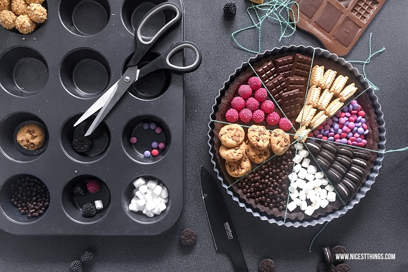 Schokoladen Tarte mit Süßigkeiten belegen (Smarties, Oreos, Butterkekse...)