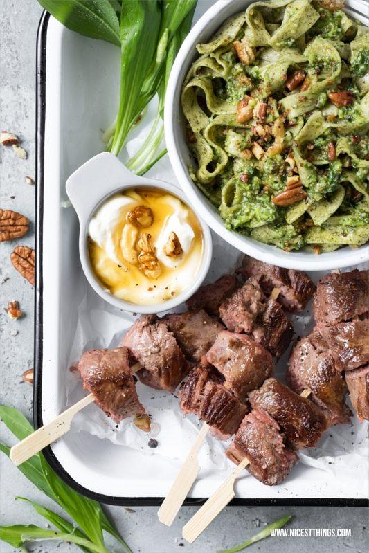 Lammfilet-Spiesse mit grünen Bandnudeln mit Bärlauch-Pesto und Honig-Dip