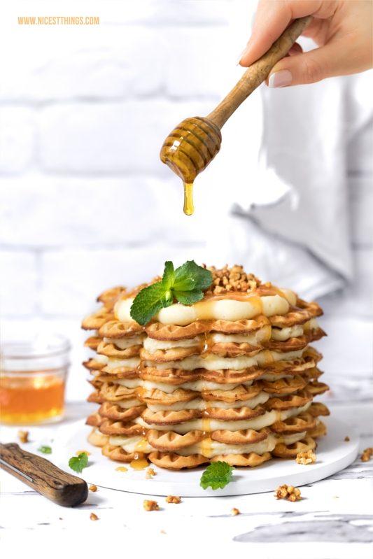 Waffeltorte mit Honigwaffeln, weisser Schokolade, Aprikose, Mandelkrokant
