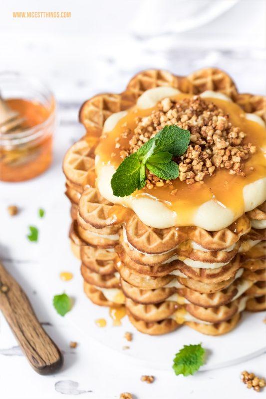 Waffeltorte Honigwaffeln weisse Schokolade, Aprikosen-Konfitüre, Mandel-Krokant