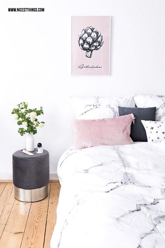 Schlafzimmer mit grauem Samthocker und Marmor Bettwäsche