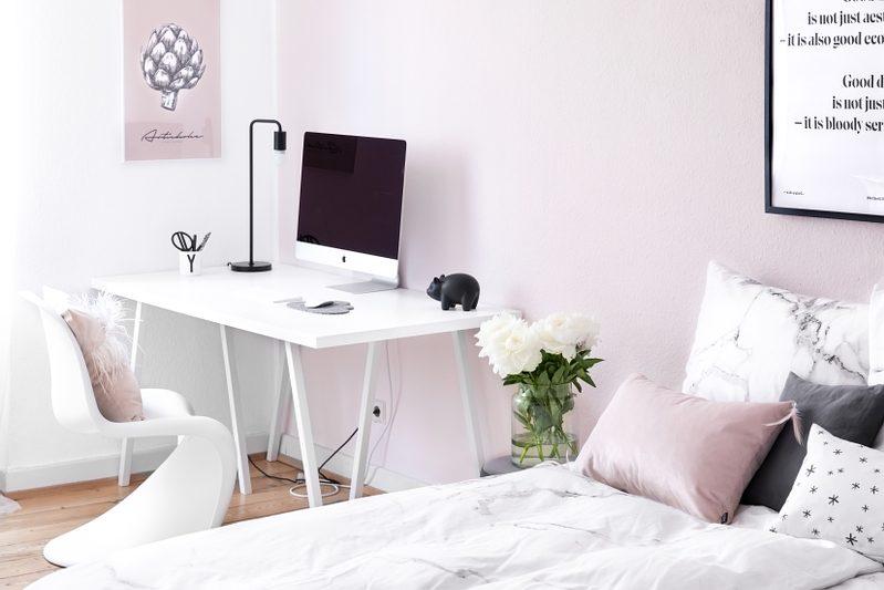 Rosa Wand hinter Schreibtisch im Schlafzimmer mit dem datacolor Colorreader