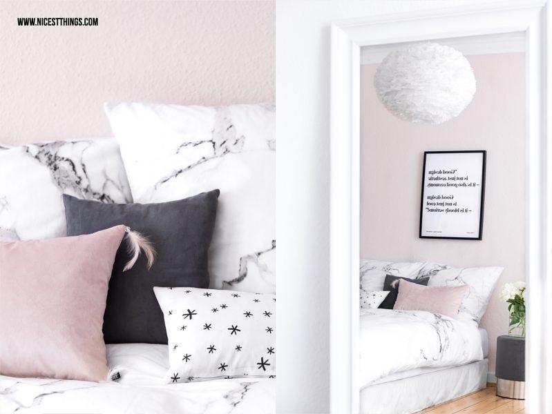 Kissen in Rosa, Grau und Weiß vor rosa Wand im Schlafzimmer
