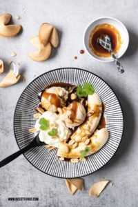 Erdnuss Eiscreme Rezept mit Bananen und Pralinensauce