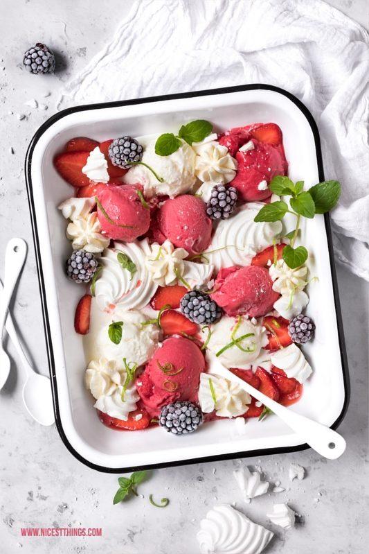 Eton Mess Dessert Platte EIscreme, Erdbeeren, Baiser, Sahne