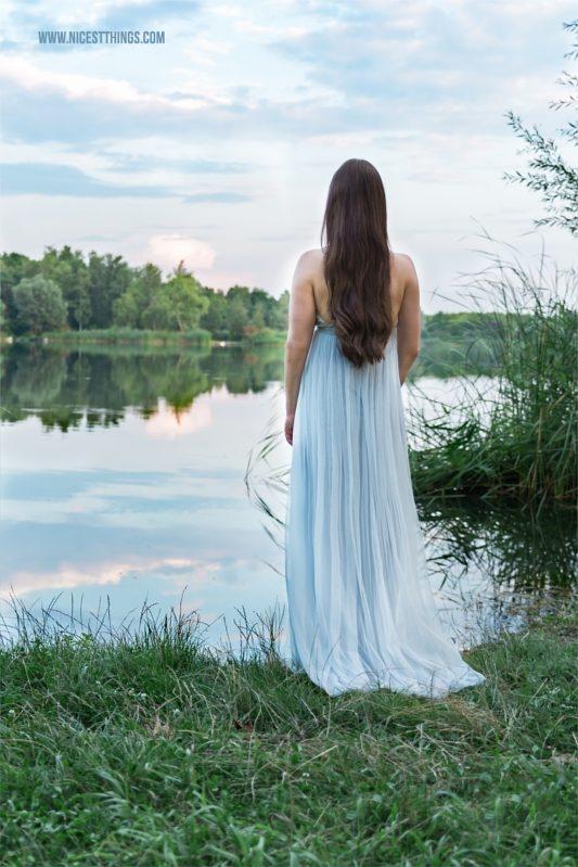 Frau im blauen Kleid am See Shooting