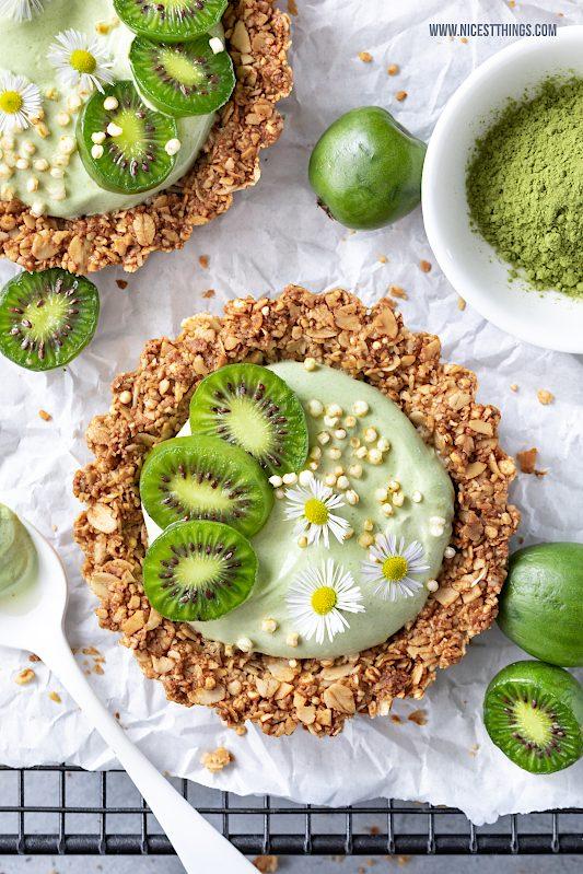 Granola Tartelettes Kiwi Tartelettes mit Nergi Mini Kiwis und Matcha Joghurt Rezept #minikiwi #granola #tartelettes #matcha #kiwi #frühstück #kiwibeeren #kiwiberries