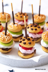 Suesse Burger Mini Burger Rezept Schokolade Erdbeeren Mikado #burger #miniburger #party #fingerfood #mikado