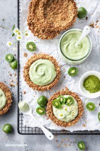Mini Kiwi Rezept Granola Tartelettes mit Kiwibeeren und Matcha Joghurt #nergi #minikiwi #kiwiberries #tartelettes #frühstück #kiwibeeren #granolatartelettes