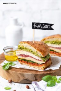 Muffuletta rezept: italienisches Sandwich mit Olivenpesto, Mortadella, provolone, Salami, Mozzarella #muffuletta #mortadella #sandwich #provolone