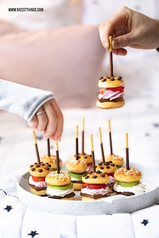 Suesse Mini Burger Rezept mit Schokolade, Fruechten und Mikado #miniburger #mikado #party #fingerfood #burger #suesseburger