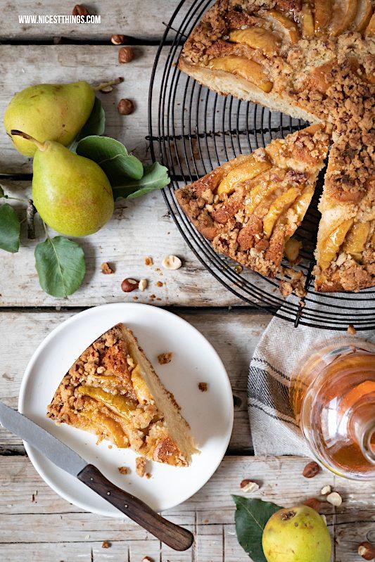 Birnenkuchen mit Streuseln Haselnuss Streusel karamellisierte Birnen Butterscotch #birnenrezepte #birnenkuchen #haselnuss #butterscotch #braunebutter #herbstrezepte