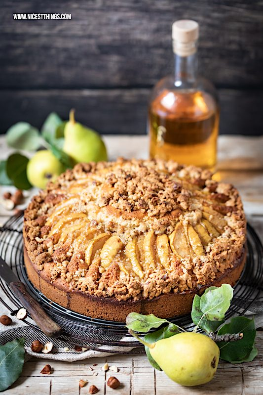 Birnenkuchen Rezept mit Streuseln Haselnuss braune Butter Butterscotch #birnenkuchen #birnen #haselnuss #butterscotch #herbstrezepte
