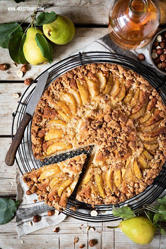 Birnenkuchen Rezept mit haselnuss Streuseln karamellisierten Birnen brauner Butter Butterscotch #birnenkuchen #herbstrezepte #birnen #haselnüsse #butterscotch #braunebutter