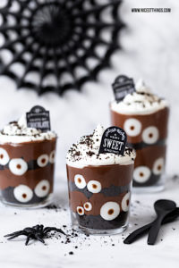 Halloween Dessert im Glas Friedhof Augen Schichtdessert gruselig #halloween #halloweendessert #halloweenrezepte #dessertimglas #oreo