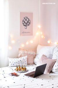 Schlafzimmer Bett mit Lichterkette Kissen rosa #schlafzimmer #lichterkette #bedroom #fairylights