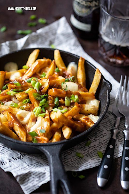 Poutine Rezept Pommes Frites Bratensauce Käse #poutine #canadaianfood #fries #pommesfrites #winterrezepte #deftig #comfortfood #käse #raclette