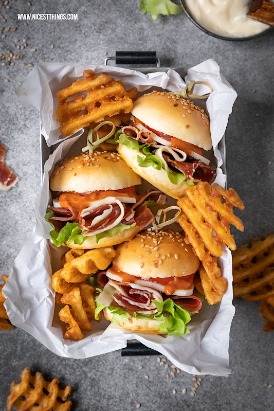 Tapas Burger Mini Burger Rezept Iberico Schinken Manchego #miniburger #burger #sliders #ibericoschinken #iberianham #manchego #fingerfood #partyfood #kindergeburtstag #hampassiontour #minisliders